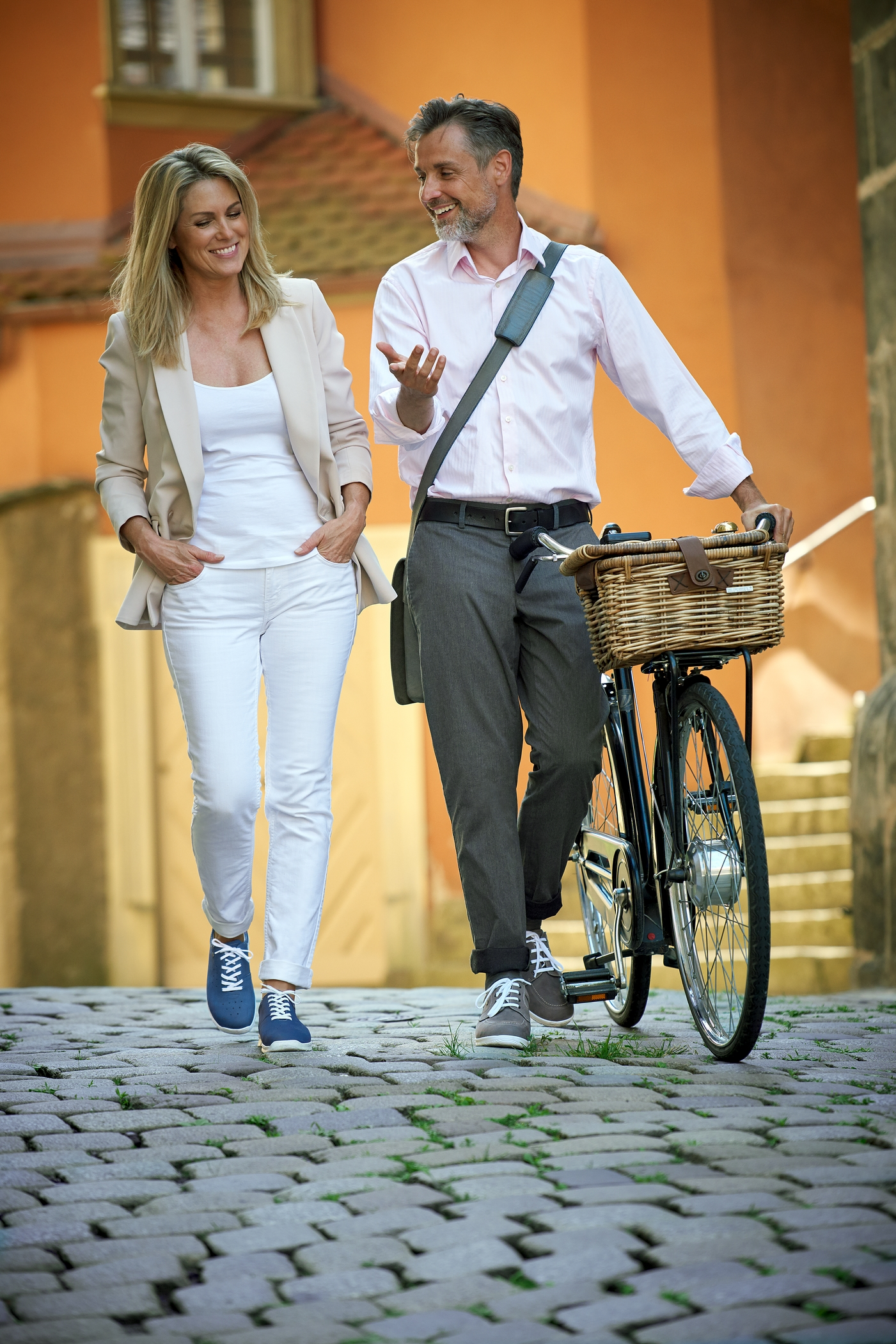 MAN and WOMAN with bicycle_Finn_Comfort